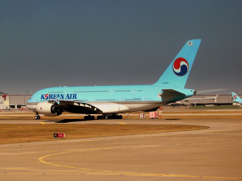 KOREAN AIR AIRBUS A380-800 LINED UP FOR DEPARTURE AT SEOUL INCHEON AIRPORT SOUTH KOREA OCT 2012 (8181812649)