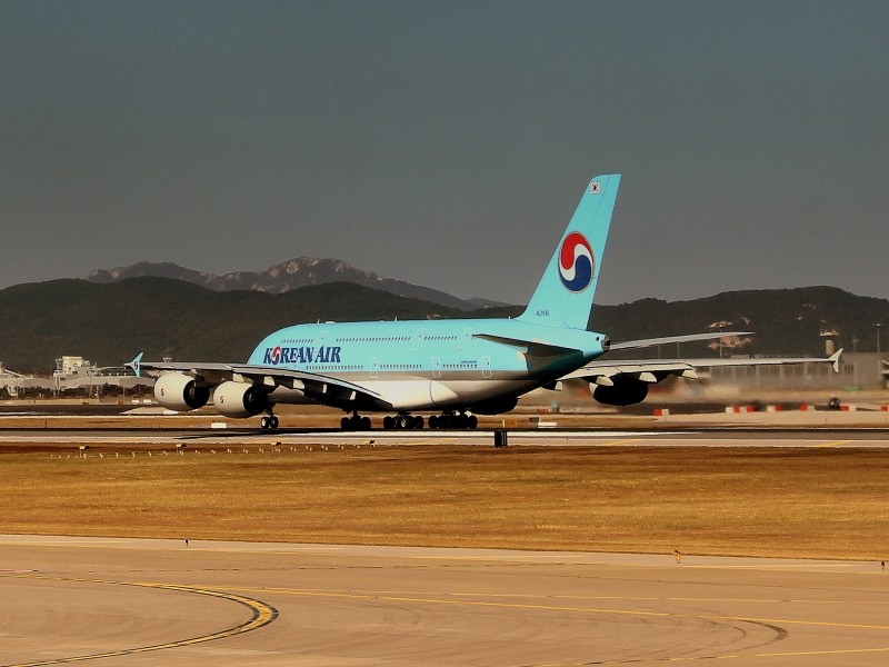 KOREAN AIR AIRBUS A380-800 ON DEPARTURE AT SEOUL INCHEON AIRPORT SOUTH KOREA OCT 2012 (8181849690)