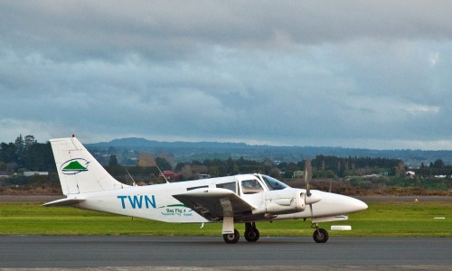 Piper PA34 Seneca, Tauranga, New Zealand, 18 Aug. 2010 - Flickr - PhillipC