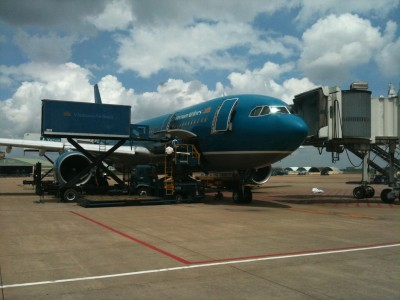 Vietnam Airlines loading supplies TSN