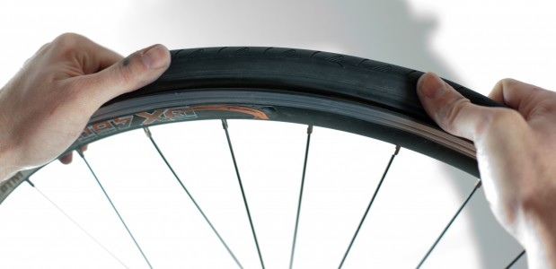 Changing an inner tube - Adjusting the tire (3)