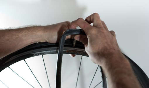 Changing an inner tube - Inserting the new tube