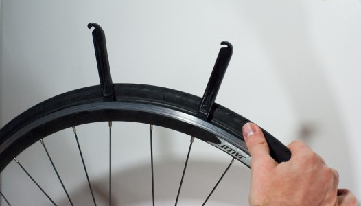 Changing an inner tube - Removing the tire (2)