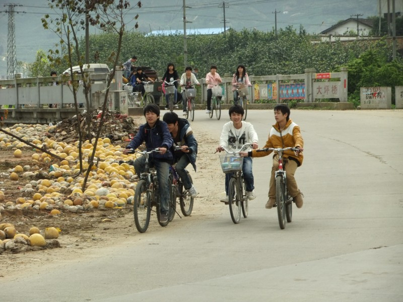 Dapingqiao - schoolchildren riding home - DSCF4119