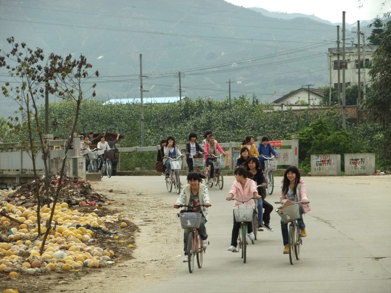 Dapingqiao - schoolchildren riding home - DSCF4120