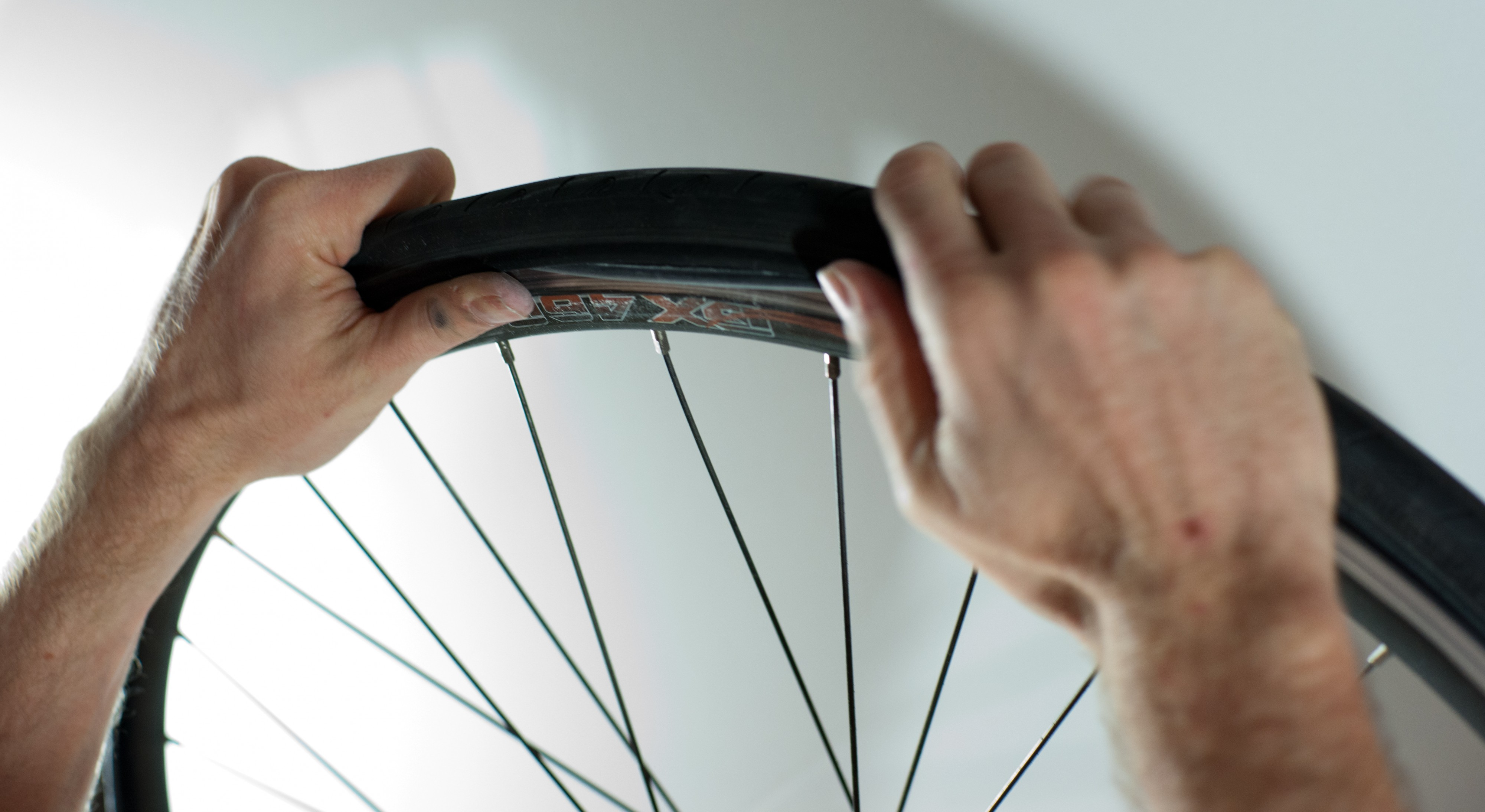 Changing an inner tube - Adjusting the tire (2)