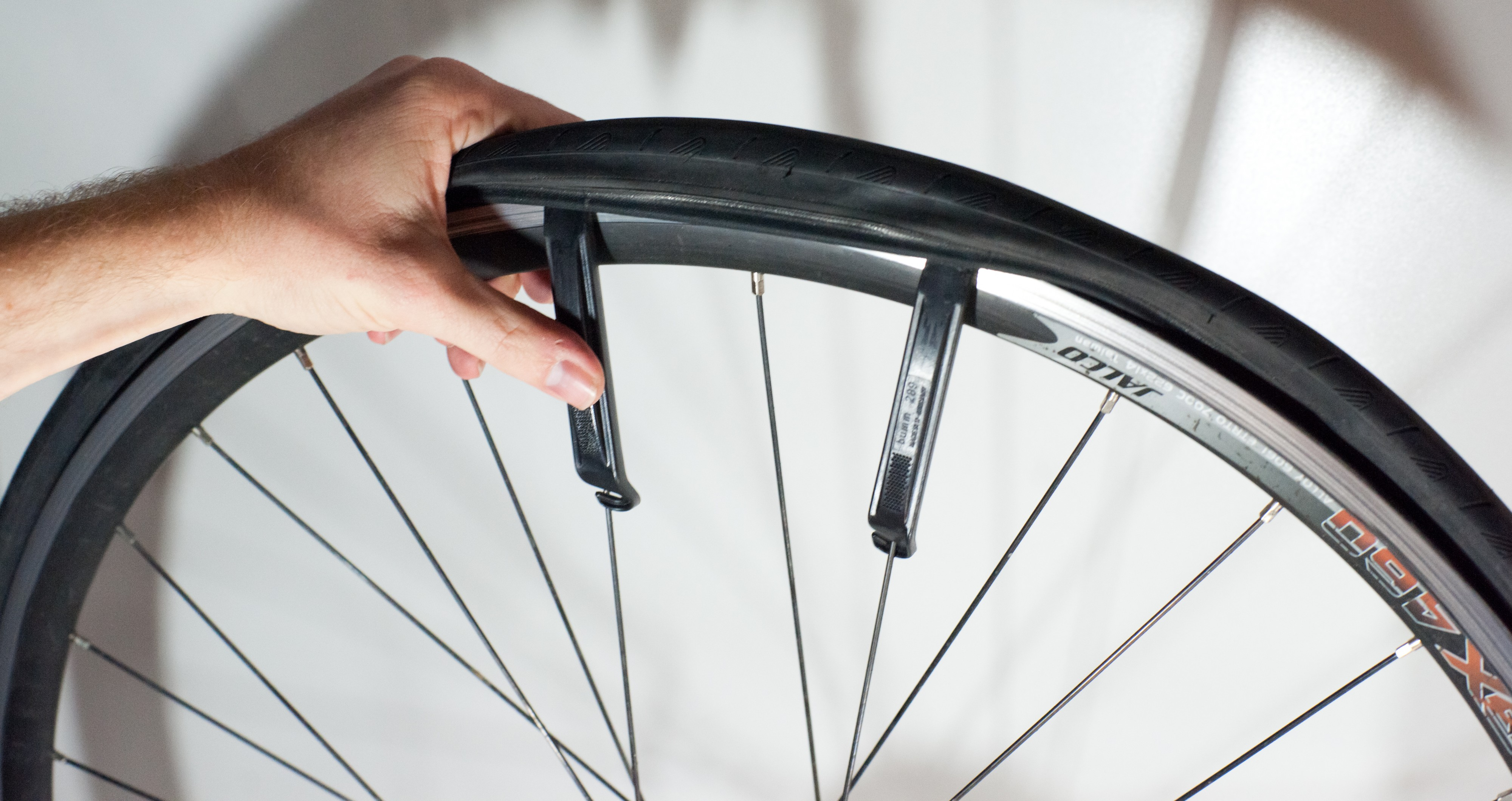 Changing an inner tube - Removing the tire (3)