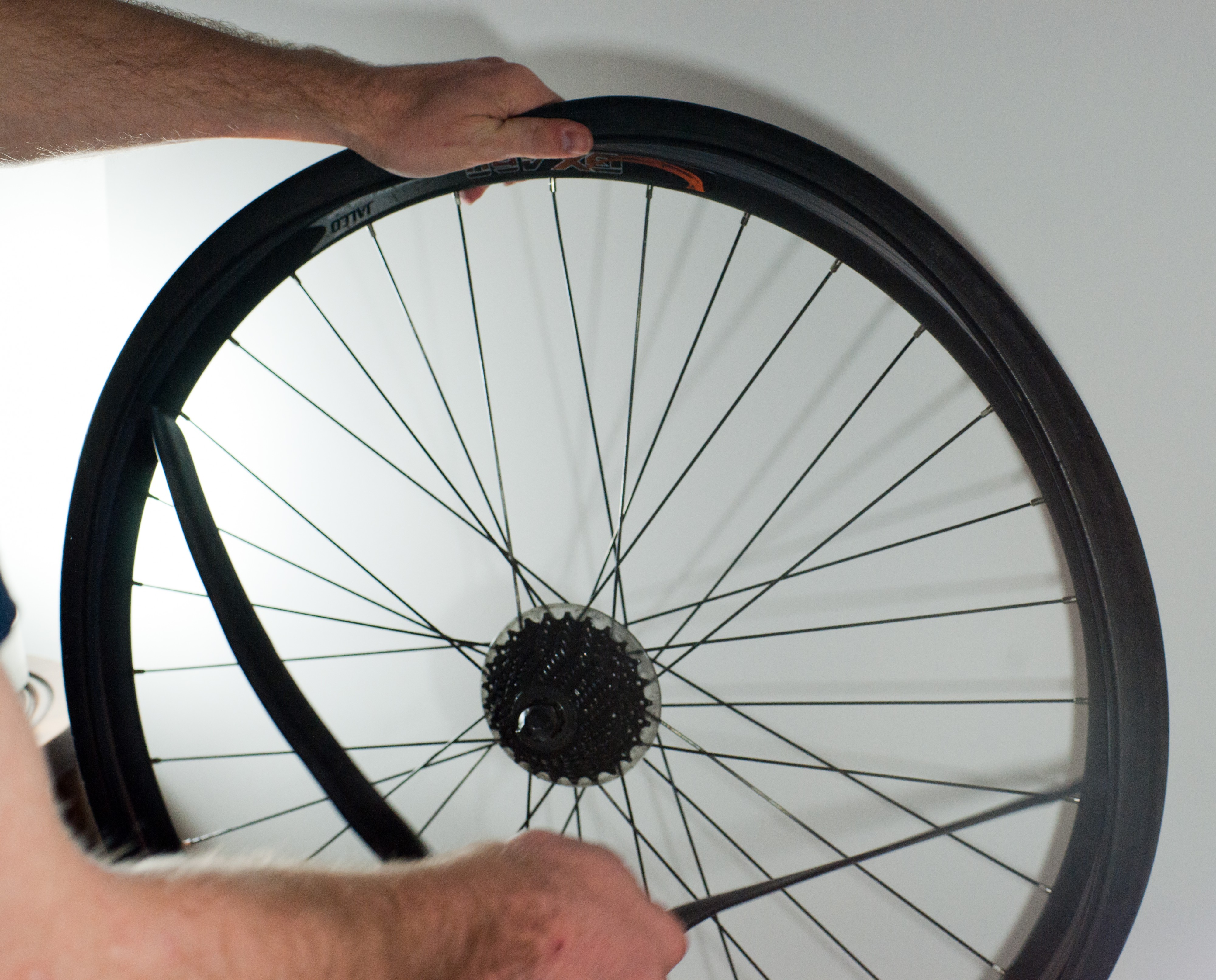 Changing an inner tube - Removing the tube (2)
