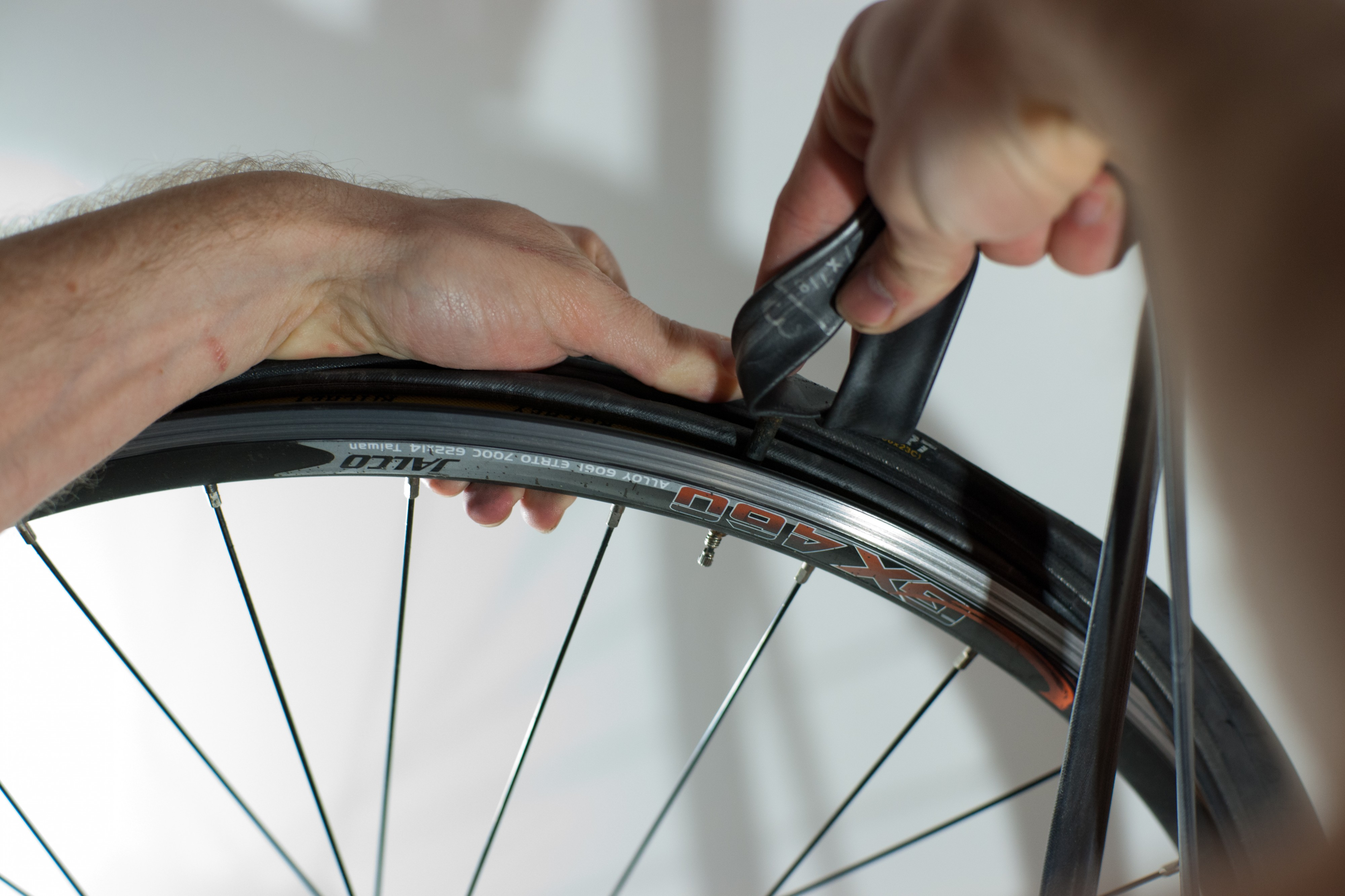 Changing an inner tube - Removing the tube (3)