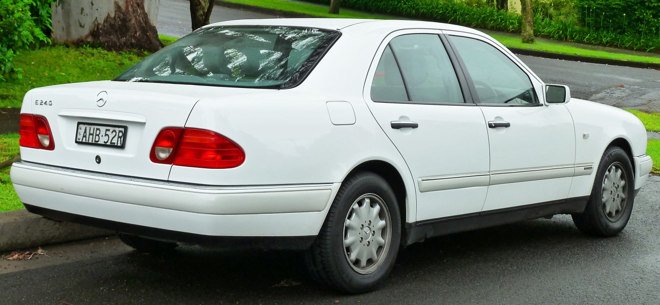 1998-1999 Mercedes-Benz E 240 (W210) Elegance sedan (2011-11-17) 02
