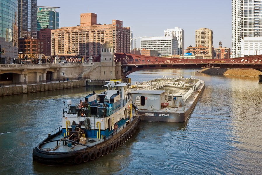 Chicago River towboat and barge 080405