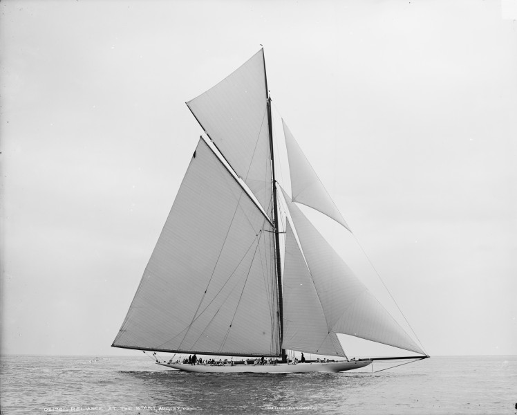 Sloop Reliance-6