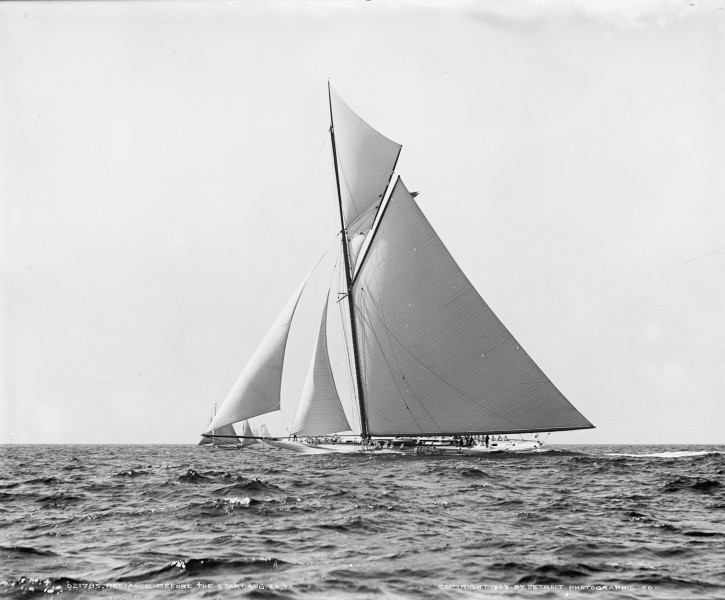 Sloop Reliance-8