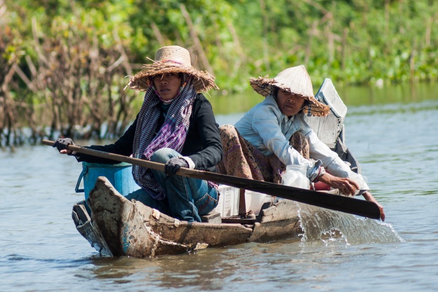 Tonle Sap Siem Reap Cambodian-couple-steering-their-boat-01