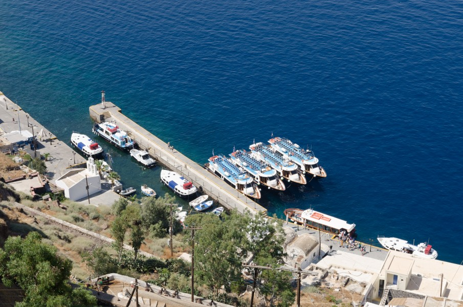 Tour boats in Mesa Gialos harbour - Fira - Santorini - Greece - 01