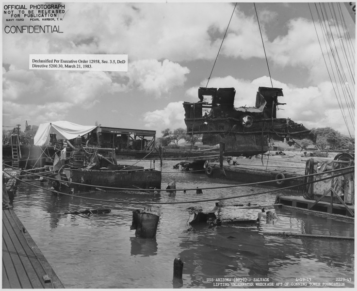 US Arizona (BB39)- Salvage, 2229-43, Lifting underwater wreckage aft of conning tower foundation - NARA - 296933