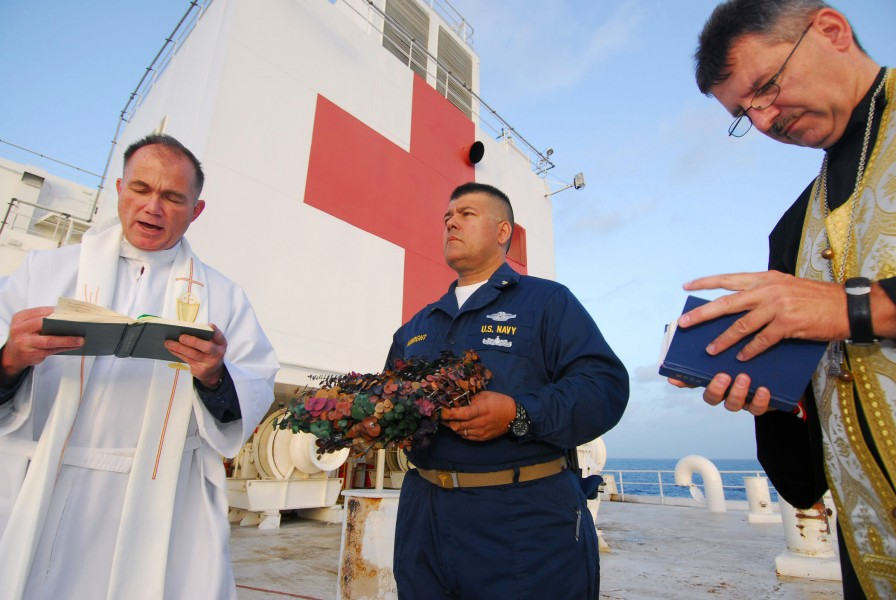US Navy 070619-N-6081J-014 Lt. Cmdr. Paul Evers, a Navy chaplain aboard the Military Sealift Command hospital ship USNS Comfort (T-AH 20), recites memorial rites for Robert Lee Royer