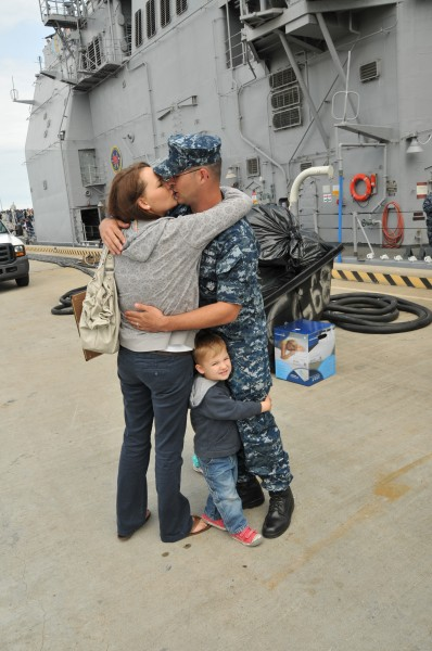 US Navy 110511-N-QY430-031 Sonar Technician (Surface) 2nd Class Roland Swain, assigned to the guided-missile cruiser USS Anzio (CG 68), kisses his