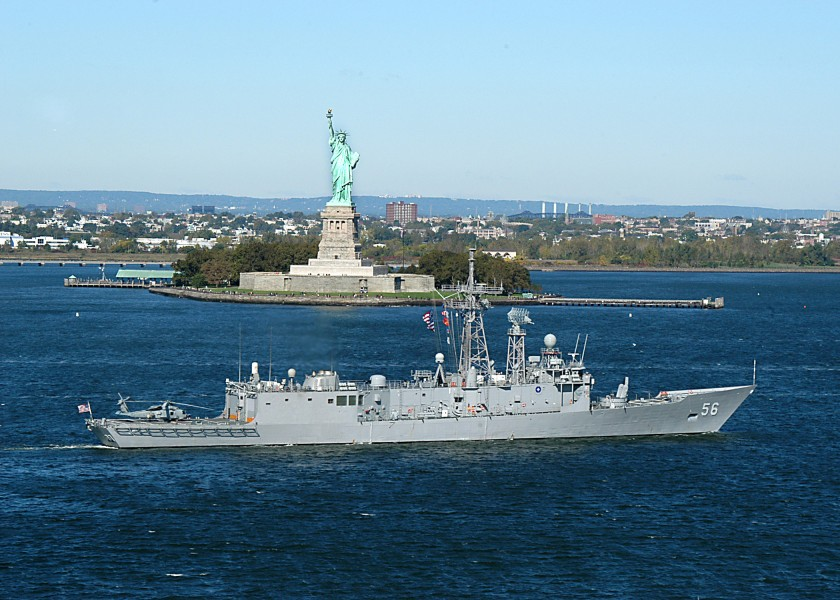 USS Simpson (FFG 56) sails past the Statue of Liberty