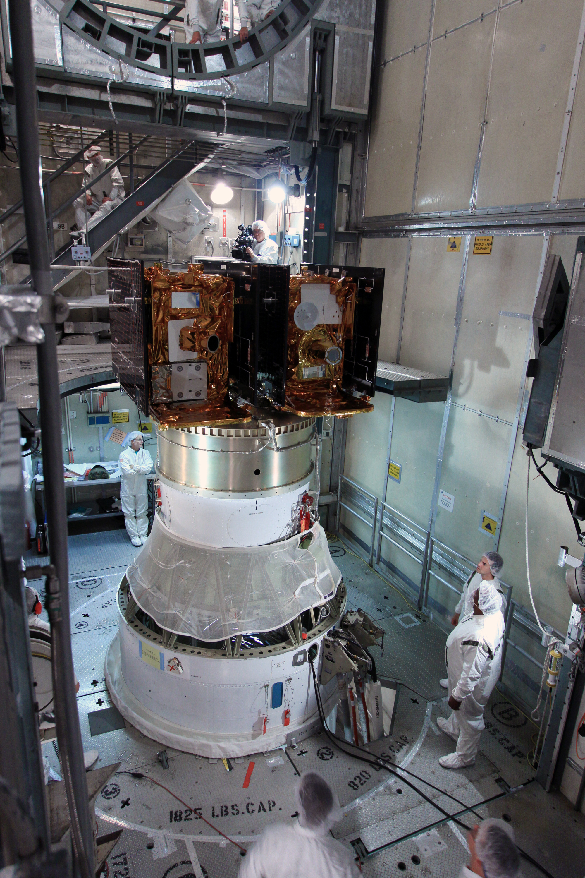 GRAIL spaceprobes on top oft the seacond stage of their Delta IIH before encapsulation