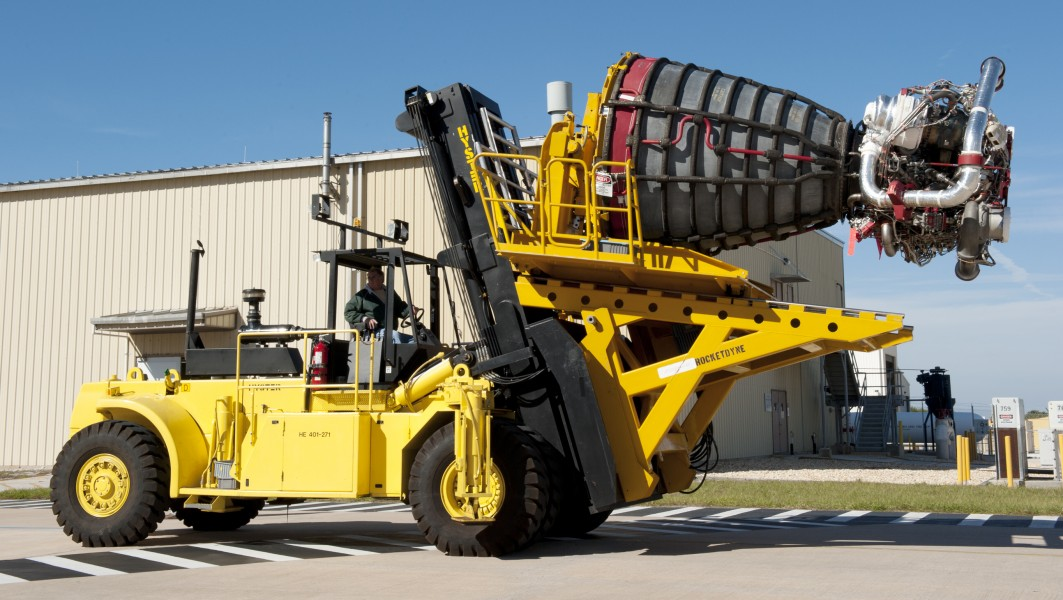 Hyster H550-700 carrying Space Shuttle Main Engine
