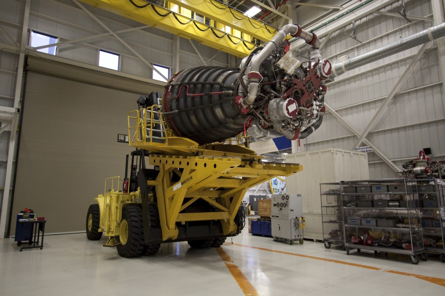 STS132 main engine-installation4