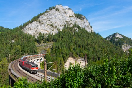 ÖBB 1144-004 with a freight train on the Kalte Rinne Viaduct, 01.10.2016
