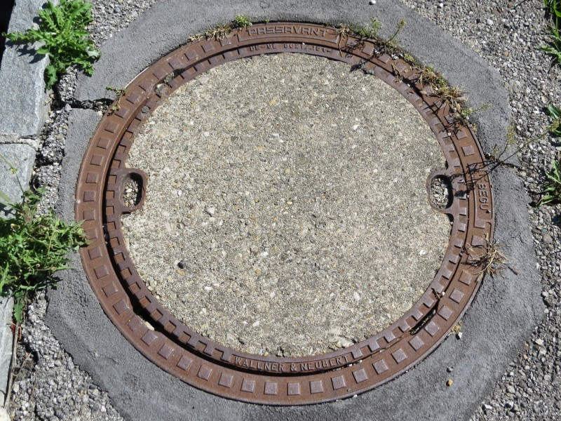 2017-09-14 (107) Manhole cover at Bahnhof Rekawinkel